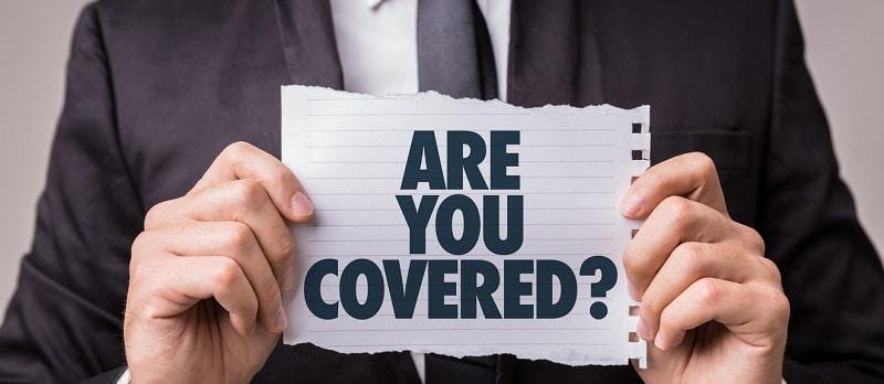 des contrats d'assurance avec une calculatrice et de l'argent